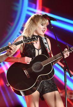 Taylor swift Taylor Swift Guitar, Taylor Swift Hot, Swift 3, Taylor Swift Style, Taylor Swift Pictures, Badass Women, Female Singers, Celebs, Celebrities