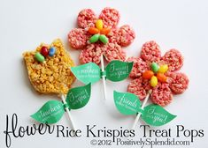 Rice Krispies Treat Flower Pops + Free Printables - Positively Splendid {Crafts, Sewing, Recipes and Home Decor} Easy Christmas Treats, Holiday Treats, Christmas Desserts, Rice Crispy Treats, Krispie Treats, Christmas Tree Cookie Cutter, Reis Krispies, Special Gifts, Great Recipes