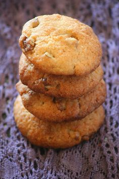 Crisp white chocolate walnut and coconut biscuits Cake Recipes, Dessert Recipes, Desserts, Coconut Biscuits, Walnut Cookies, Sweet Cakes, Macaroons, Yummy Treats, Food And Drink