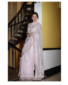 Mahira khan in saree Pakistani Formal Dresses, Indian Dresses, Indian Outfits, Ethnic Fashion, Asian Fashion, Girl Fashion, Sari Design, Look Short, Mahira Khan