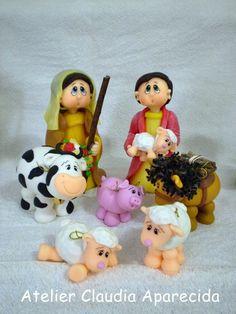 Presépio feito em biscuit com características infantis.  Composto por 14 peças.    Anjo (1 peça)  Sagrada Família (3 peças)  Três Reis Magos (3 peças)]  Pastores (2 peças)  ovelha (2 peças)  vaquinha (1 peça)  burrinho (1 peça)  porquinho (1 peça)    Tamanho das peças:    Imagens (bonecos): 17 cm...