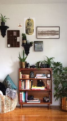 Aesthetic Rooms, Cabinet Decor, Boho Living Room, Home And Deco, Cozy House, Apartment Living, Decoration, Room Inspiration, Bookcase