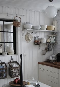 北欧キッチン収納 システムキッチンの左右に空いている壁に見せる収納・オープン棚&棚下のフックに吊るす収納 ★まとめサイトのだから使えない