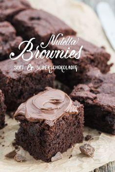 Ihr seid überzeugte Schokoholics und könntet Nuss-Nougat-Creme gleich löffelweise essen? Dann solltet ihr unbedingt mal diese Nutella-Brownies backen. Eine kleine, kompakte und überaus köstliche Sünde. Die Nutella Brownies sind soft, superschokoladig und cremig. Suchtalarm!