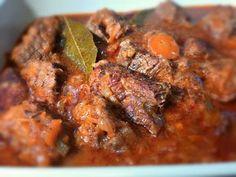 Το κοκκινιστό μοσχάρι είναι το αγαπημένο φαγάκι όλης της οικογένειας και το κλασσικό για το Κυριακάτικο τραπέζι. Greek Recipes, Pork, Beef, Chicken, Kale Stir Fry, Meat, Greek Food Recipes, Pork Chops, Greek Chicken Recipes