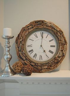 Oude klok op gepimpt met stukjes drijfhout. Leuk idee hè.