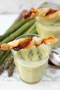 Heerlijke soep van het seizoen, groene aspergesoep met zelfgemaakte bladerdeegstengels. Dat wordt smullen! Zelf maken? Lees verder op BonApetit!