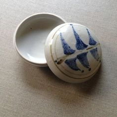 Bryan Trueman pottery jewellery container, 1979 (British potter based in Australia - Australian Pottery - onlygoodvintage Brutalist Design, Australian Vintage, Vintage Pottery, Contemporary Jewellery, Vintage Jewelry, Container, British, Ceramics, Tableware