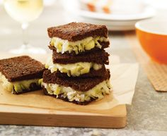 Grilled cheese sandwich with leek confit and Tre Stelle® Swiss Cheese Slices Panini Sandwiches, Wrap Sandwiches, Confit Recipes, Queso Fundido, Ideas Sándwich, Grilled Cheese Recipes, Fondant, No Cook Desserts, Lunch Recipes