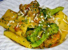Per realizzare questo piatto di paccheri, pulite la zucca, tagliatela a dadi. Dividete il broccolo in cimette, se necessario, pelatelo. Spellate la sal...