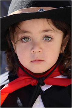 Preciosa niña argentina, vestida para la Fiesta del Día de la Tradición, que se festeja el 10 de noviembre.