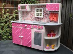 Cuisine rose à pois blancs avec four et plaques. #kitchen #play