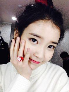 IU, 'Flower Smile' Christmas Selfie For Fans http://www.kpopstarz.com/articles/156071/20141225/iu-flower-smile-christmas-selfie.htm