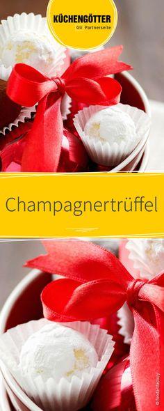 Champagnertrüffel selber machen ist mit diesem Rezept gar nicht so schwer! Die süßen Pralinen können ganz einfach in der eigenen Küche zubereitet werden und mit einer hübschen Verpackung an Familie und Freunde verschenkt werden! Ein selbstgemachtes Geschenk für alles Naschkatzen.