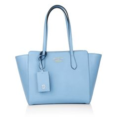 A luxury staple in anyone's wardrobe: the 'Swing Small Leather Tote' in light blue by Gucci is an investment piece that will stand the test of time.  Carry it from the office to a dinner date with a ladylike outfit. Fashionette.de