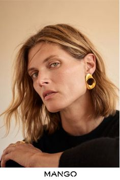 Top model Malgosia Bela is styled by Miriam Mira in Mango's new AW 2019 Ad Campaign. Photographer Elisa Carnicer captures Malgosia's wardrobe of modern, relaxed essentials. Jewelry Editorial, Editorial Fashion, Portrait Editorial, Beauty Editorial, Lund, Portrait Photography, Fashion Photography, Mad Photography, Jewelry Photography