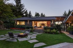 In 2015 Giulietti Schouten Architects have completely redesigned a mid-century residence, built in in Portland, Oregon. Now this mid-century modern Modern Patio Design, Modern Landscaping, Landscaping Rocks, Midcentury Modern, Villas, Mansions Homes, Mid Century House, Luxury Homes, Building A House