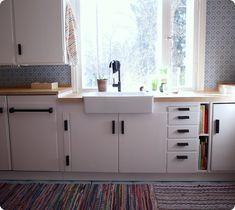 keittiö,remontti,Tee itse - DIY,lavuaari,tiskiallas,keittiöhana,räsymatto,valoisa,iloinen,valkoinen,mustavalkoinen,musta-valkoinen,värikäs,sininen,tapetti,vetimet,vedin,50-luku,50-luvun,keittiötasot Retro Home, Modern Retro, Kitchen Dining, Kitchen Cabinets, Dining Room, Kitchen Styling, Country Kitchen, Sweet Home, Room Decor