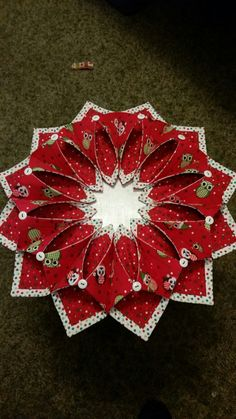 Resultado de imagem para Fold N Stitch Wreath Tutorial Christmas Sewing, Christmas Projects, Holiday Crafts, Christmas Crafts, Christmas Ornaments, Quilting Projects, Quilting Designs, Origami Candle, Fabric Wreath