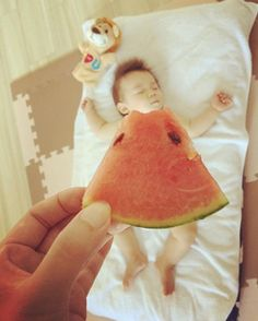 """Not only Real Momojiri! """"Bevi fruit"""" is in vogue among moms-macaroni:separator:Not only Real Momojiri! """"Bevi fruit"""" is in vogue among moms-macaroni Baby Boy Pictures, Newborn Pictures, Japanese Babies, Baby Fruit, Monthly Baby Photos, Baby Boy Newborn, Newborn Care, Baby Boys, Foto Baby"""