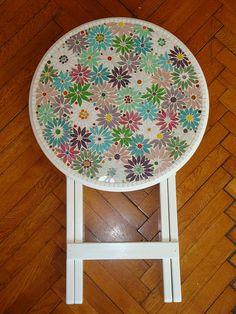 Mesa auxiliar em mosaico.