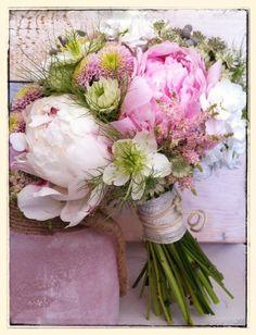 Dulce y romántico ramo de novia con peonias, nigella y alhelis · De, Mar de Flores #bridalbouquet #spain