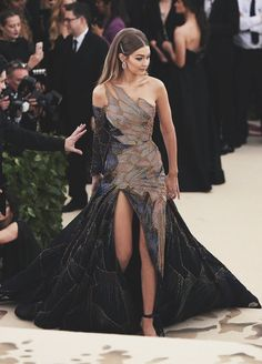 "Em Sheldon on Twitter: ""Gigi well and truly slayed last night. Wowza #MetGala #MetGala2018… "". #GigiHadid looking stunning at the #Metgala2018 in a custom gown by Donatella Versace. Met Gala got slayed!"