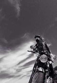 The best of vintage motorcycles Women Riding Motorcycles, Vintage Motorcycles, Harley Davidson, Lady Biker, Biker Girl, Moto Vespa, Chicks On Bikes, Bike Photoshoot, Motorcycle Photography