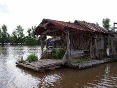 Louisiana bayou shack ♔Life, likes and style of Creole-Belle ♥ Louisiana Swamp, Louisiana Homes, New Orleans Louisiana, Louisiana Art, Mississippi, Shanty Boat, Floating House, Abandoned Places, Abandoned Houses