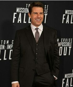 Mission: Impossible- Fallout star Tom Cruise looked dapper in a three-piece black suit as he showed up to the latest Mission: Impossible film's premiere in Washington D. Tom Cruise Smile, Tom Cruise Hot, Barbacoa, Katie Holmes Tom Cruise, Washington Dc, Mission Impossible Fallout, Z Cam, Evolution Of Fashion, Celebrity Dads