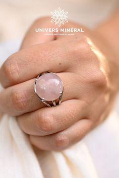 Nous conseillons les bagues en Quartz rose pour comme ancrage, pour vous rappeler en la regardant ou en la touchant dans la journée, que vous etes unique et que vous méritez tout l'amour que vous êtes prête à vous porter.Cette bague est constituée d'une pierre de Quartz Rose naturel de Madagascar. Pierre Quartz, Quartz Rose, Madagascar, Comme, Rings, Unique, Jewelry, Adjustable Ring, Ring