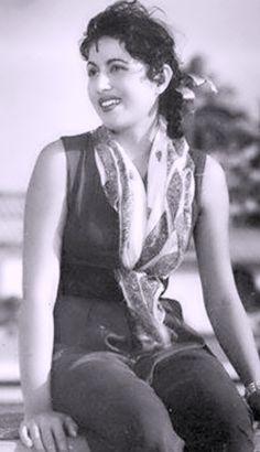 Most Beautiful Bollywood Actress, Beautiful Actresses, Old Actress, Actress Photos, Bollywood Stars, Bollywood Fashion, Madhuri Dixit Hot, Bollywood Pictures, Download Comics