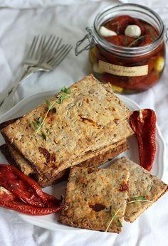 Pieczywo chrupkie z suszonymi pomidorami i ziarnami #sniadanie #breakfast #inteligentnystyl www.amica.com.pl