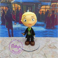 Mini Cult Draco Malfoy, personagem da série Harry Potter, escrita por J. K. Rowling. <br> <br>Produto sob encomenda. Valor unitário. <br>Material: biscuit; base acrílica redonda. Altura: 8cm. <br> <br>Antes de encomendar, não esqueça de conferir as políticas da loja (http://www.elo7.com.br/patysbiscuit/politicas ), e de entrar em contato para consultar disponibilidade na agenda!