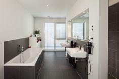 """Haus S. - modernes Bad mit """"Nischen"""" für WC und Dusche - stkn architekten"""
