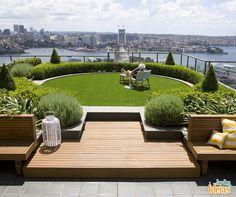 Quem disse que no meio da cidade grande não é possível ter um espaço verde? Em cidades com muitos prédios, uma tendência é o jardim no topo do terraço! Quem não relaxaria com uma vista dessas?