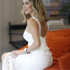 Quando um 'long dress' é MUSO de todos os ângulos a gente não resiste e pede BIS! A gatíssima @helena_lunardelli elegeu o look para arrasar pelo #SPFW. #reginasalomao #SS17 #TropicalVibesRS #momentoRS