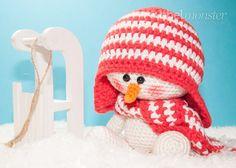 Einen frechen Schneemann häkeln ist mit dieser kostenlosen Anleitung ganz einfach. Sobald es kalt wird sitzt der gehäkelte Schneemann Sven mit seinem Schli
