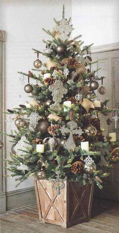 rustikaler weihnachtsbaum mit ppiger dekoration - Christbaum Schmucken Beispiele