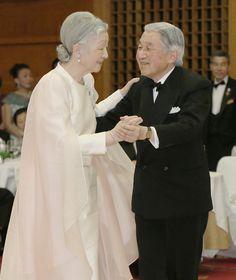 皇后さま 画像集国際福祉協会の60周年記念晩さん会でダンスを楽しまれる両陛下  国際福祉協会創立60周年記念慈善晩さん会「チェリー・ブロッサム・チャリティーボール」に出席され、ダンスを楽しまれる天皇、皇后両陛下=12日午後、東京都港区  撮影日:2013年04月12日