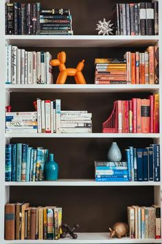 From saturated shades to happy hues, color takes center stage in these chic spaces. Styling Bookshelves, Bookshelves In Living Room, Bookshelf Design, Bookcases, Zoom Wallpaper, Bookshelf Organization, Organize Bookshelf, Bookshelf Inspiration, My New Room