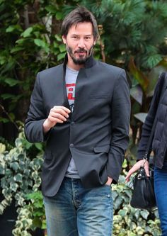 Keanu Reeves Photos Photos - 'John Wick' actor Keanu Reeves and a female friend out for a stroll in New York City, New York on October Keanu and his friend looked to be enjoying their time together. - Keanu Reeves Takes a Stroll Keanu Reeves John Wick, Keanu Charles Reeves, Woodstock, Celine, Keanu Reeves Quotes, Keanu Reaves, Little Buddha, Karl Urban, Courage