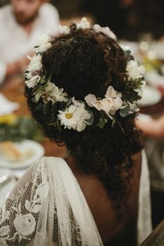 bride hairstyle curly natural hair We've found all the wedding hair inspiration you need with these 17 wedding hairstyles for medium length hair Natural Hair Wedding, Romantic Wedding Hair, Wedding Hair Flowers, Flowers In Hair, Natural Hair Brides, Curly Wedding Updo, Diy Wedding, Wedding Dress, Whimsical Wedding