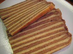 Spekkoek is een lekker recept, Spekkoek (Indonesisch: Spekuk of Lapis Legit) is een Indische cake- of koekachtige lekkernij die tijdens de koloniale tijd in Nederlands-Indië is ontstaan. Het recept is waarschijnlijk afgeleid van een vergelijkbare type cake van Duitse oorsprong, namelijk de Baumkuchen, maar aangepast met in Nederlands-Indië beschikbare ingrediënten.
