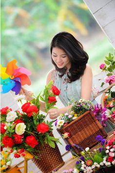 Beautiful girls from Vietnam Love Flowers, My Flower, Beautiful Flowers, Freesia Flowers, Tulips, Tree Woman, Bloom Blossom, Flower Market, Flower Shops
