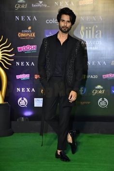 Pics: IIFA 2019 Green Carpet: Shahid Kapoor in suit w/ extra long length and shirt with heart shaped neckline. Indian Men Fashion, Mens Fashion Suits, Mens Suits, Men's Fashion, Fashion Styles, Bollywood Actors, Bollywood Celebrities, Wedding Dresses Men Indian, Wedding Suits