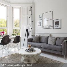 Das Wohnzimmer ist zu großen Teilen in Weiß gehalten: Tapete, Wandregal, Couchtisch und Holzfußboden strahlen so eine freundliche Sauberkeit aus. In dieser  …