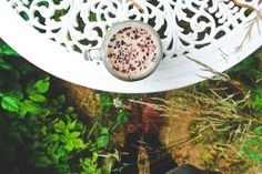 """Batido de chocolate con leche de coco y cacao orgánico, o cómo un """"colacao"""" puede convertirse en algo sano con los ingredientes adecuados. Ideal para coger energías por las mañanas.Sencillo de hacer y riquísimo, sin lácteos ni azúcar refinada. Ingredientes: Cacao puro en polvo Dátiles (a poder ser, orgánicos) Leche de coco / crema de coco Nibs de cacao Si usas leche de coco, tan sólo tendrás que batir los dátiles (deshuesados) con la leche de coco y el cacao. Para la crema de coco tendr..."""