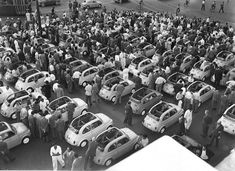 Esposizione delle Fiat Nuova 500 in piazza Castello in occasione del lancio della vettura, 1957, Italia, Torino   #TuscanyAgriturismoGiratola