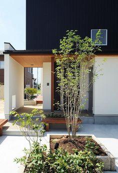 9162d900d972ab8fdd933eab8b50c3b7.jpg 553×810 pixels Japanese Home Design, Japanese Style House, Modern Architecture House, Minimalist Architecture, Interior Architecture, Washitsu, Entry Hallway, House Entrance, Modern Exterior